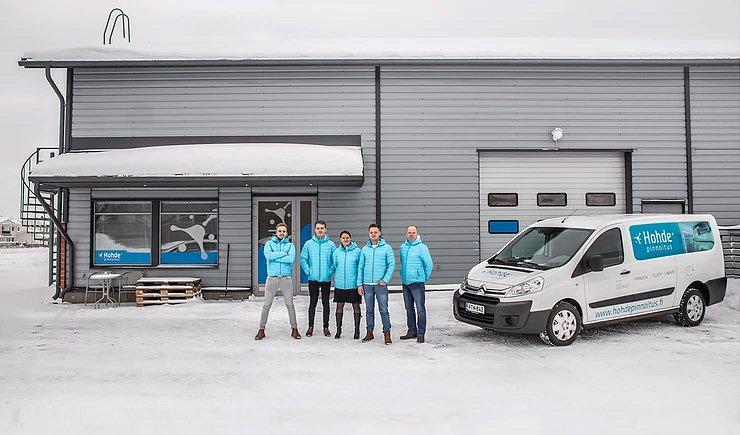 Hohde Kaarina Oy:n työntekijöitä seisomassa yrityksen toimipisteen edessä